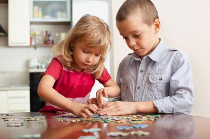 Deti hrajúce sa s puzzle