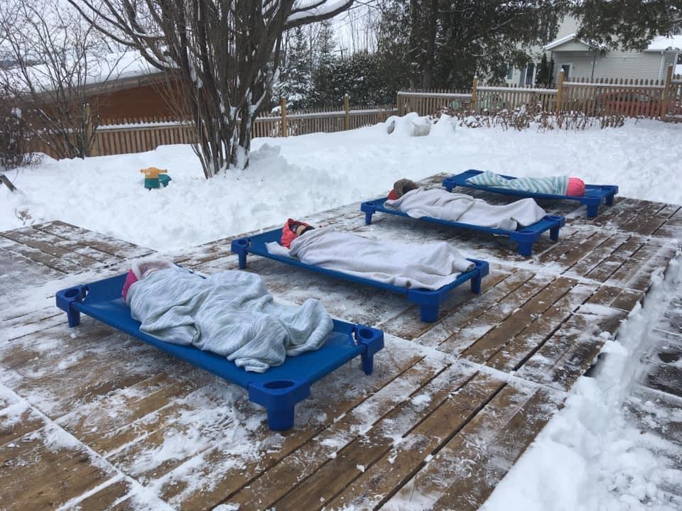 Spánku vonku sa nevyhýbajú ani v Kanade v Quebecu.Deti spia vonku pri 0 stupňoch Celzia / Foto: Audrey Marchand