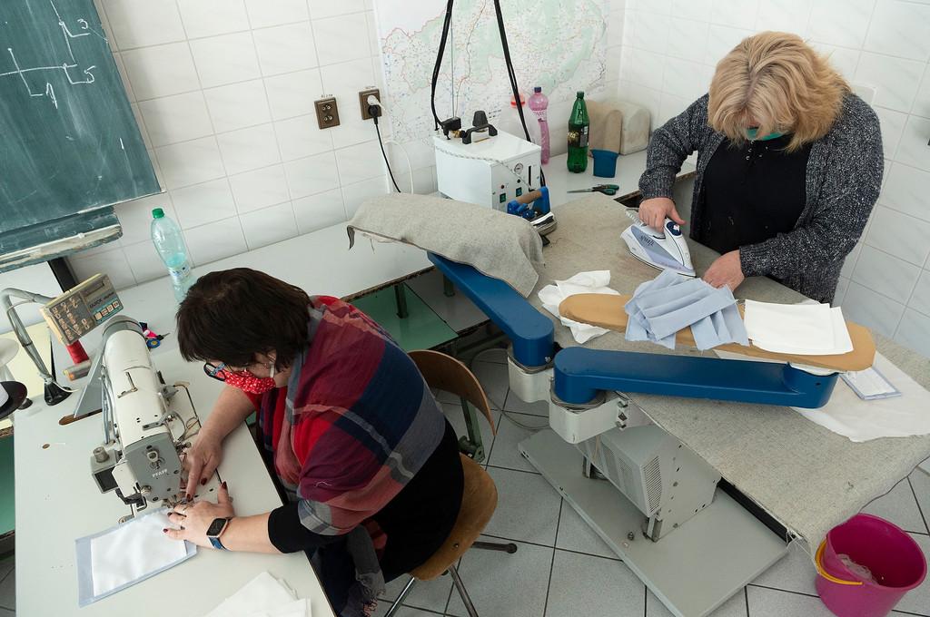 Učitelia z Trenčianskeho kraja venujú rúška vodičom prímestskej dopravy a zamestnancom zariadení sociálnych služieb / Foto: TSK