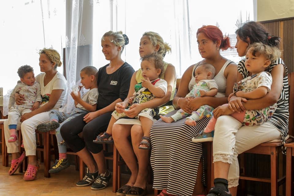 Rómske mamy učia, ako svojou pozornosťou môžu ich deti rozvíjať.