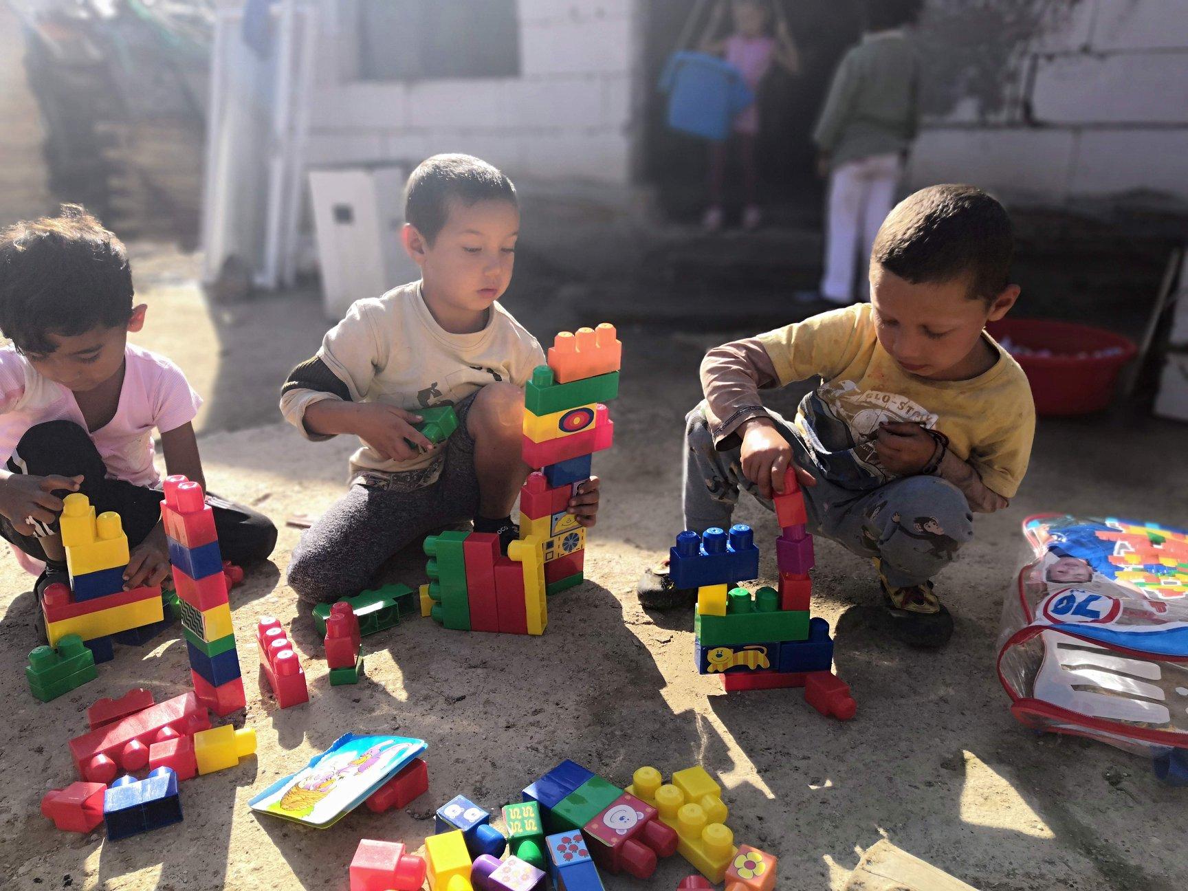 Rómske deti z osady si obľúbili aj stavebnice.