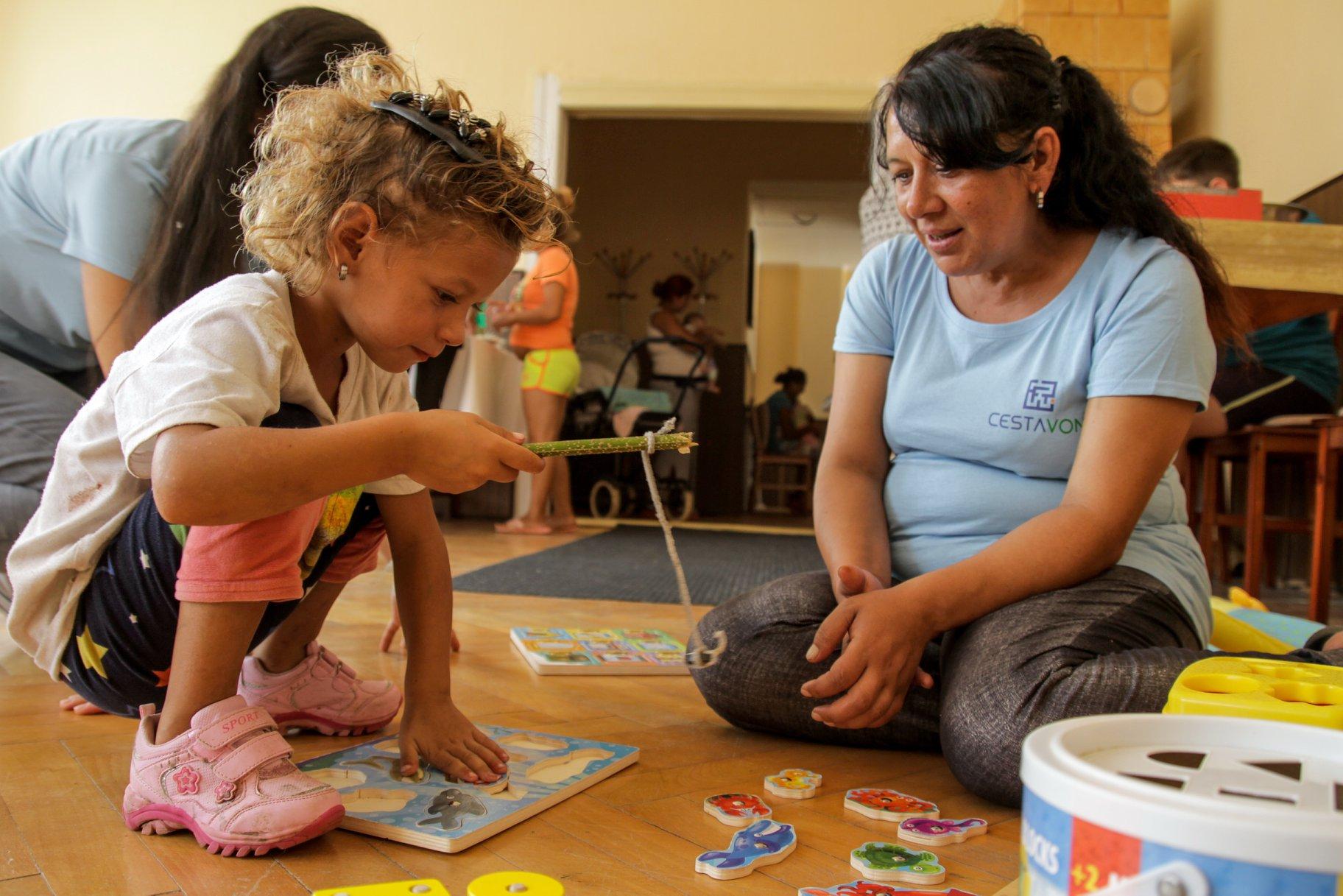 Omama s rómskou mamičkou a jej dcérkou.