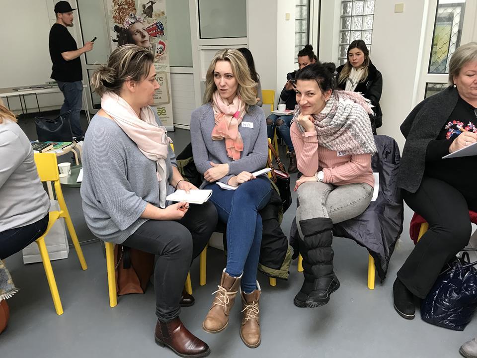 Petra Belanová, riaditeľka ZŠ Brehy (v strede) na workshope pre učiteľov v rámci projektu Na každej škole záleží.