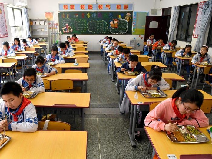 Štvrtáci v Číne obedujú / Zdroj: Xinhua News Agency / Contributor / Getty Images