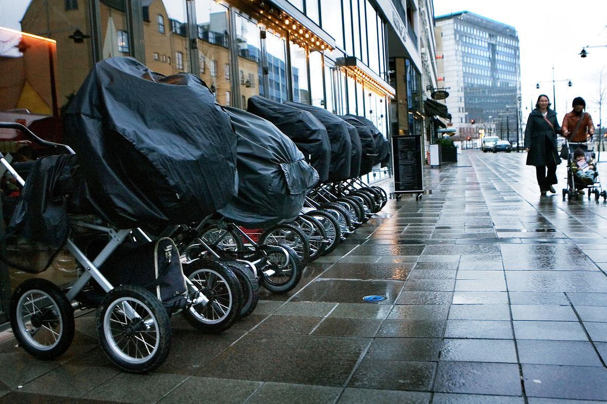 Kočíky zaparkované pred dánskou kaviarňou. / Foto: mmo-champion.com