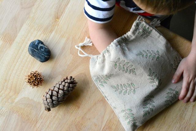 Stereognostické vrecúško s vianočnými predmetmi / Zdroj: howwemontessori.com
