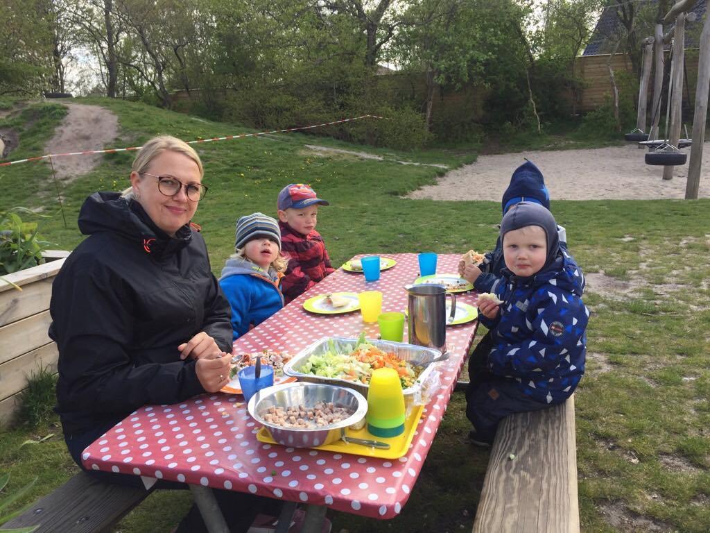 Deti sa celý deň stravujú vonku na piknikových stoloch, nosia im sem aj teplé obedy. / Zdroj: archív BB