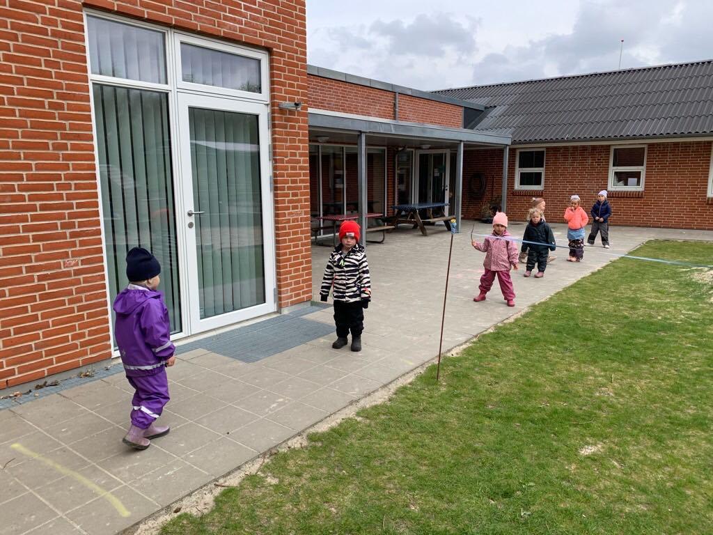 Deti čakajú v odstupoch na toaletu / Zdroj: archív BB
