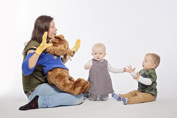 Pri znakovaní s deťmi využívajú lektori na hodinách aj plyšového medvedíka. / Zdroj: archív AB