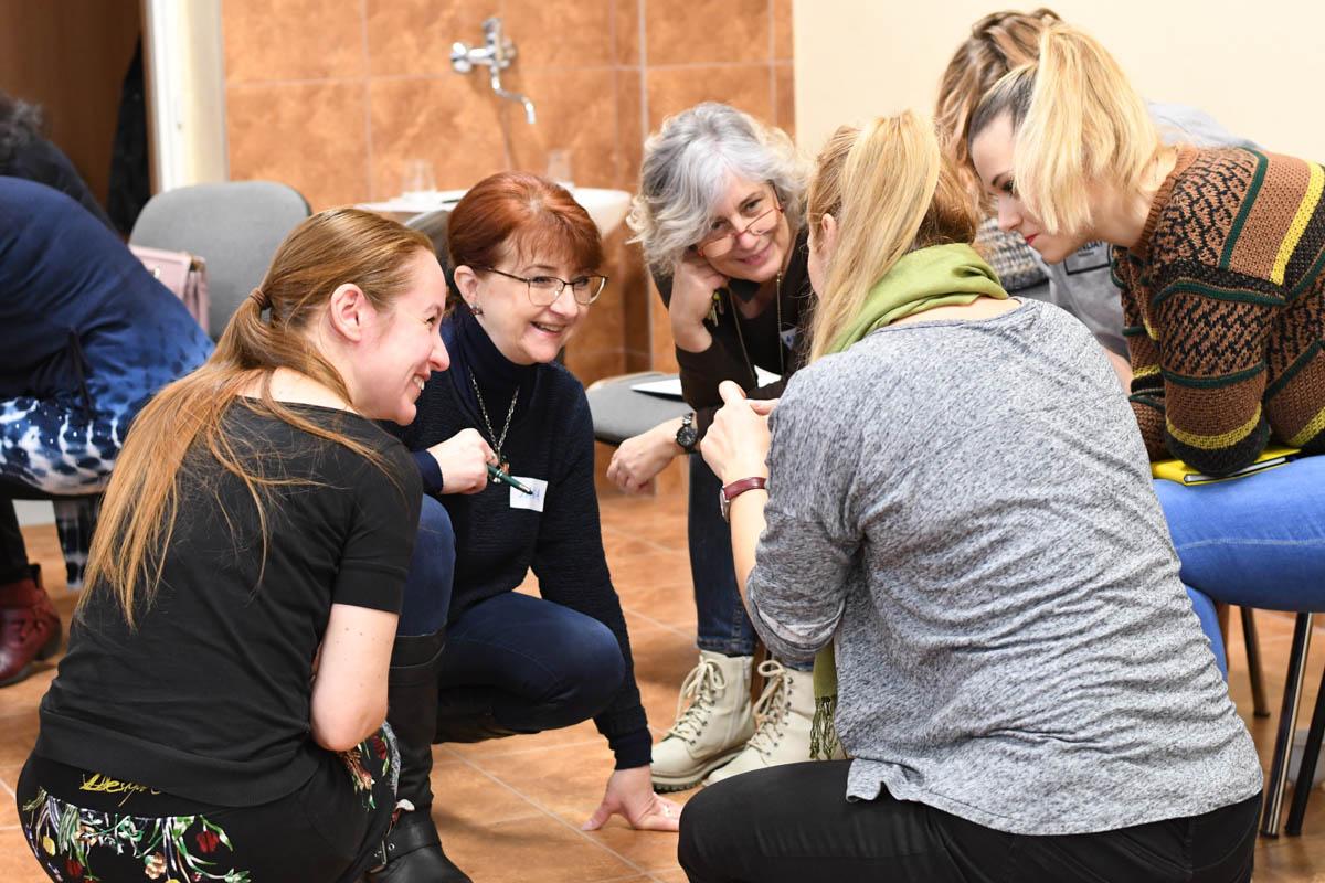 Jana M. Balážová (vľavo) s učiteľmi na workshope v rámci programu Na každej škole záleží v Nitre. / Foto: Zuzana Gránska