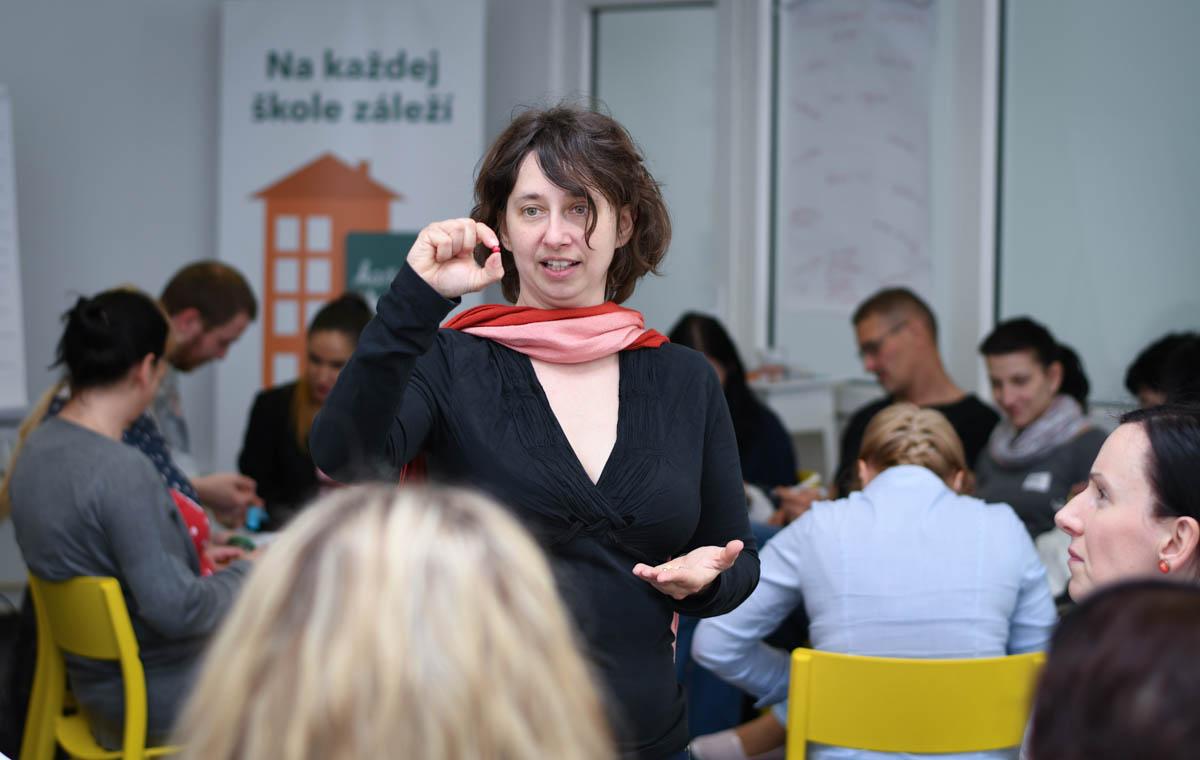Lektorka Zuzana Labašová počas workshopu pri aktivite s gorálkami. / Foto: Zuzana Gránska