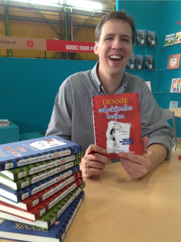 Spisovateľ Jeff Kinney pri podpisovaní kníh / Foto: Stonožka