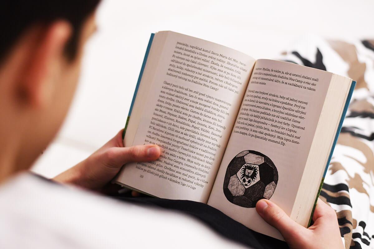 Kniha pre chlapcov, ktorí milujú futbal, je príbehom 11-ročného Carlosa, ktorý spozná skutočný futbalový svet vďaka tímu Modré gepardy. /Foto: Zuzana Gránska