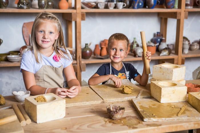 V Schloss Hofe sa deti zabavia aj v mimoriadne zaujímavej hrnčiarskej dielni.