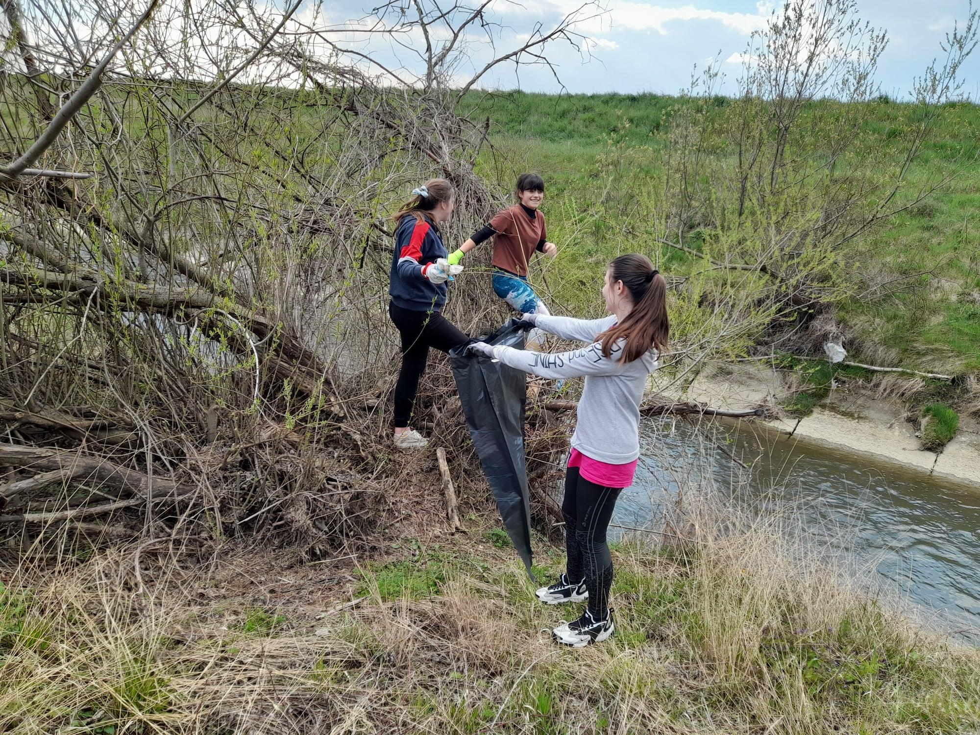 Lucka a Ema pomáhajú vyčistiť svoje okolie.