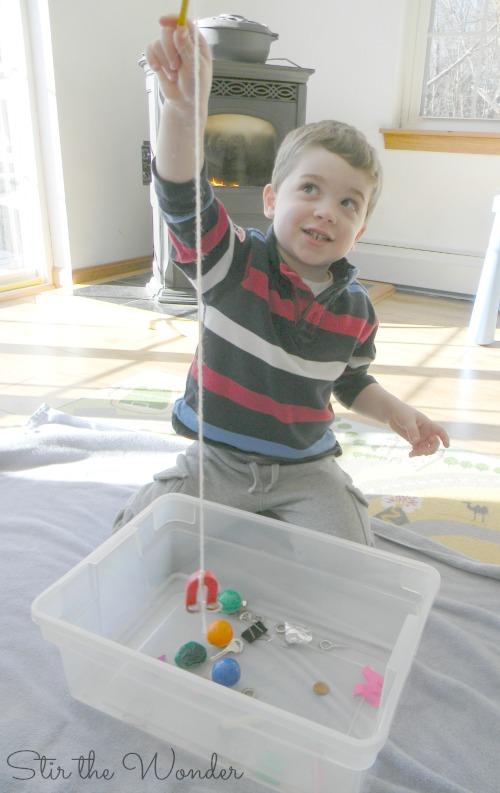Magnetom hľadáme magnmetické predmety vo vode. Zdroj: stirthewonder.com
