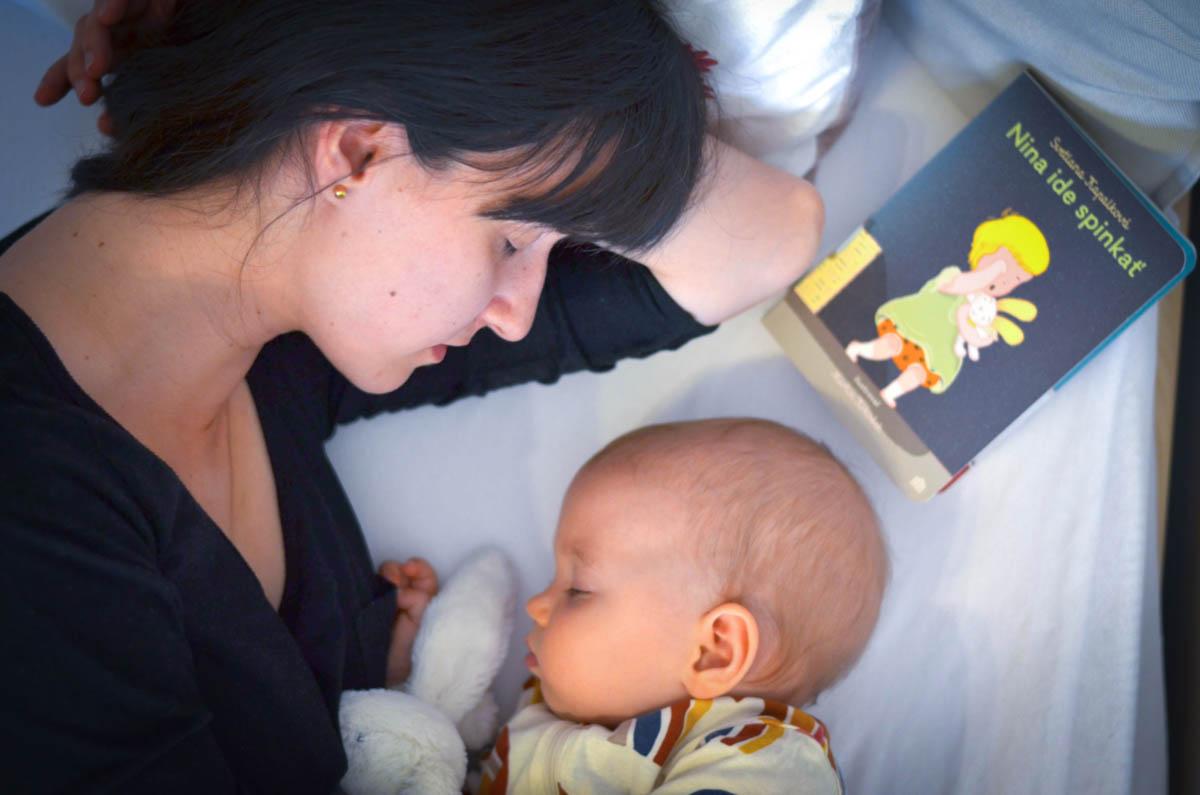 Mama sa v príbehu Nina ide spinkať ukladá s dcérkou do postele / Zdroj: OZ Krajina čitateľov