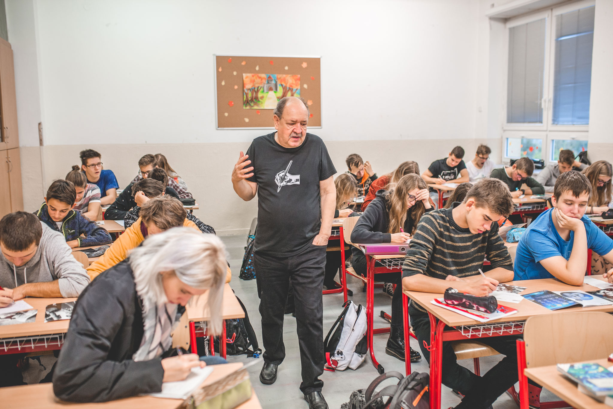 Spisovateľ Daniel Hevier so študentmi. / Foto: archív DH