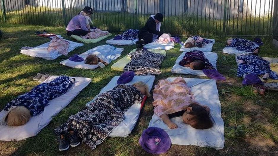 Deti v materskej škole v austrálskom Perthe sa inšpirovali škandinávskymi zvykmi a tiež spia vonku, hoci teploty sú u nich príjemnejšie. / Foto: honey.nine.com.au