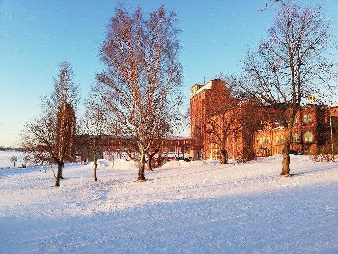 Pohľad na fínsku univerzitu počas zimných mesiacov