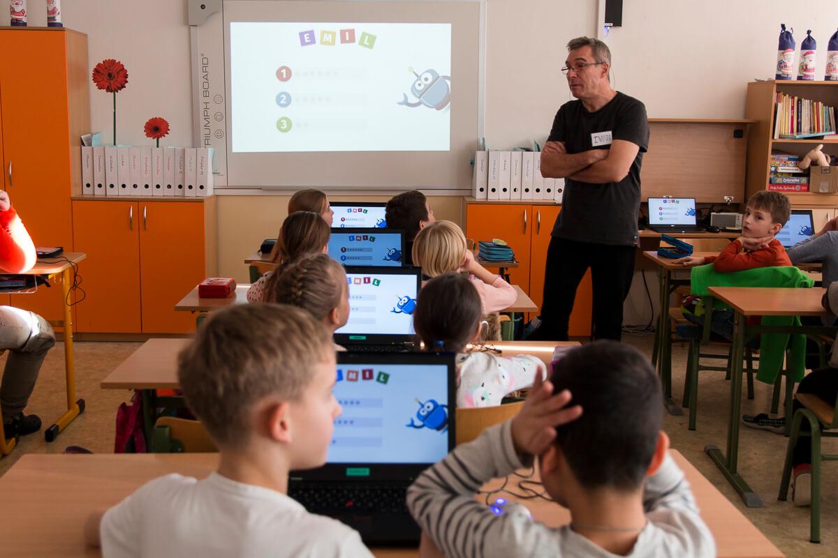Profesor Ivan Kalaš na vyučovaní s deťmi. / Foto: Dáša Barteková