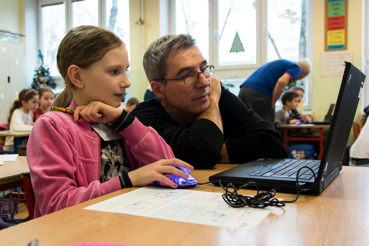 Profesor Ivan Kalaš testuje s deťmi Robota Emila. / Foto: Dáša Barteková