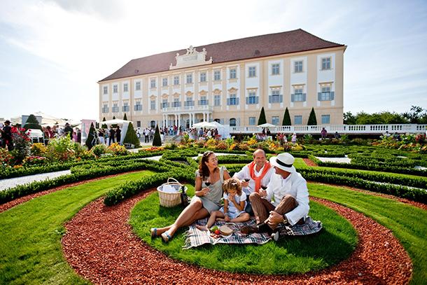 Zámocký areál Schloss Hof počas leta / Foto: © Tom Lamm
