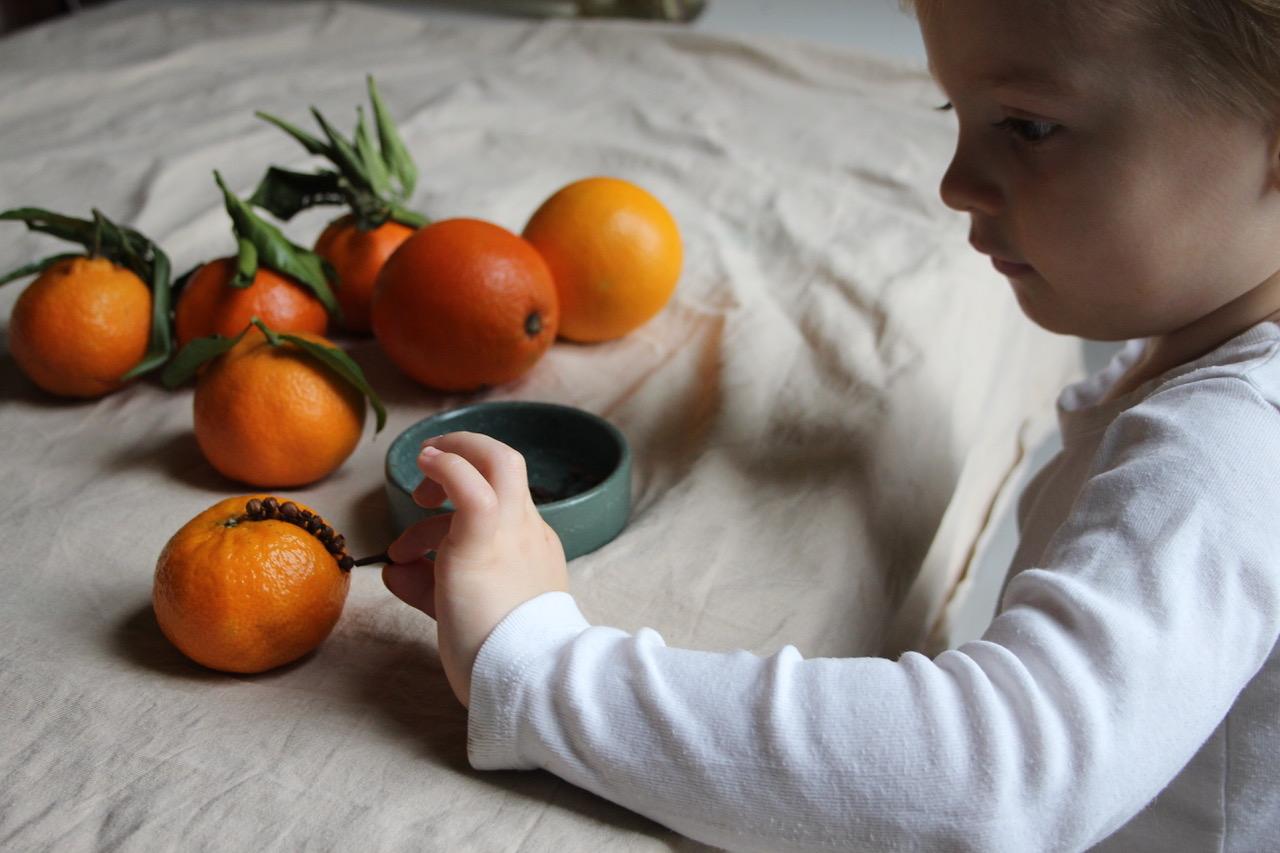 Zapichávanie klinčekov do pomaranča / Zdroj: babyccinokids.com