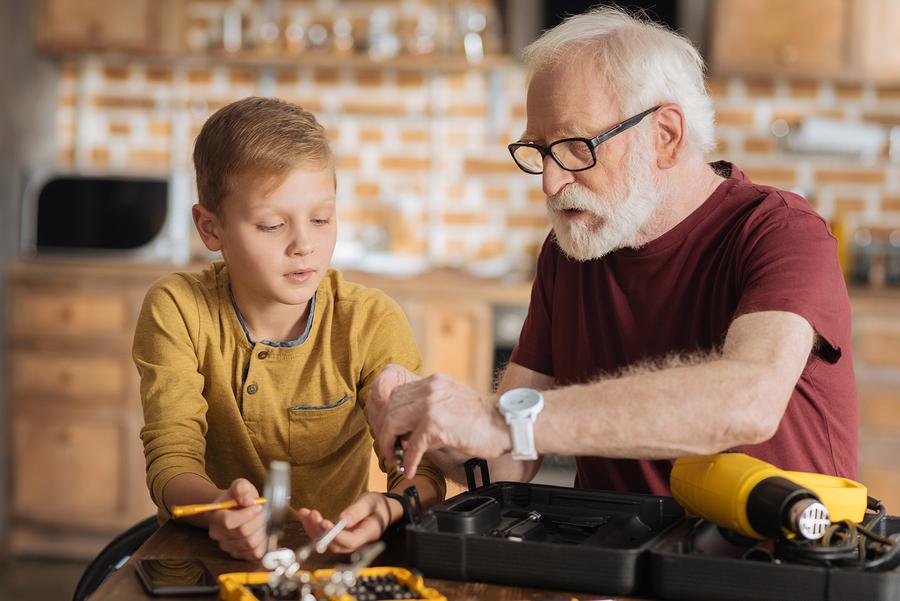 Veďte deti k tomu, že nie všetko, čo sa pokazí treba vyhodiť. / Foto: Bigstock