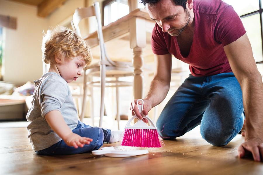 Dieťa môže mať svoju vlastnú metličku, ktorú môže použiť v prípade potreby. / Zdroj: Bigstock