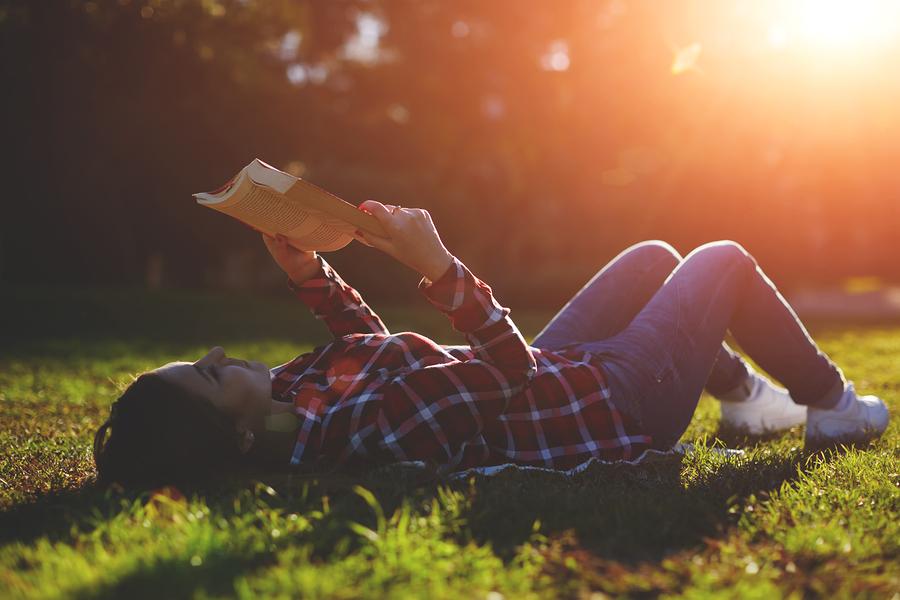 Čítanie je skvelé odpojenie od digitálneho sveta, ktorý nás neustále ženie naháňať sa z aniečím, čo vôbec nemá zmysel. / Foto: Bigstock