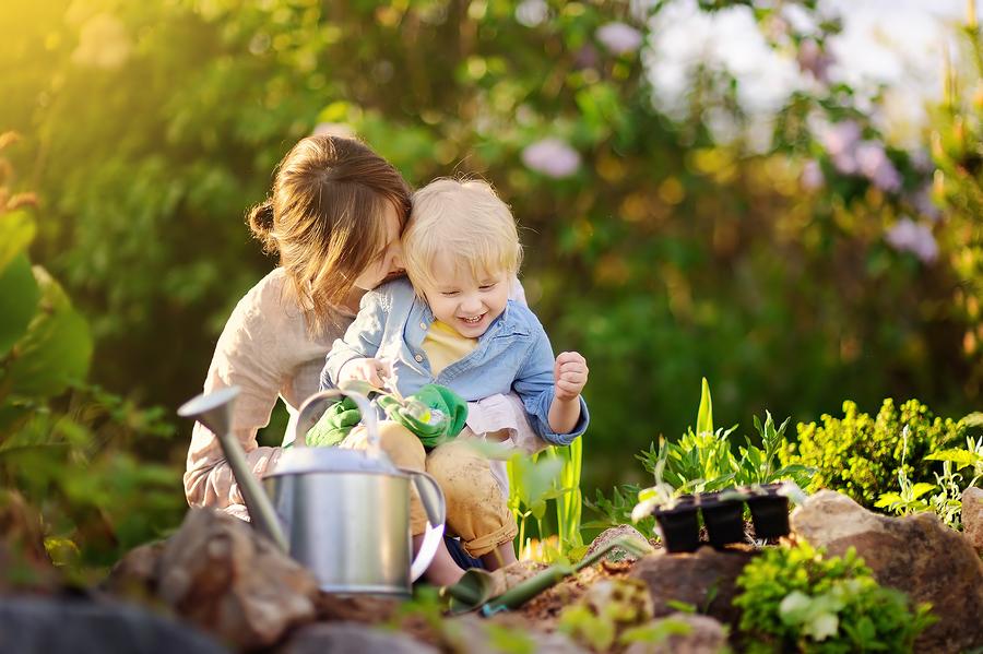 Ak je to možné, zapojte do aktivít pri pestovaní zeleniny a ovocia v záhradke aj dieťa. / Zdroj: Bigstock