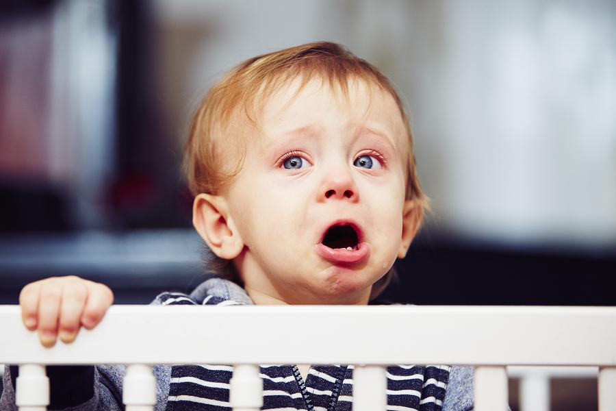 Ak potreby dieťaťa nie sú zo strany rodiča napĺňané, vyvinie sa medzi nimi neistá vyhýbavá vzťahová väzba. / Foto: Bigstock