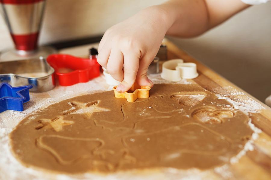 Dieťa môžete zapojiť aj do pečenia alebo upratovania. Vždy sa nájdu úlohy, ktoré zodpovedajú jeho veku a dieťa ich zvládne.