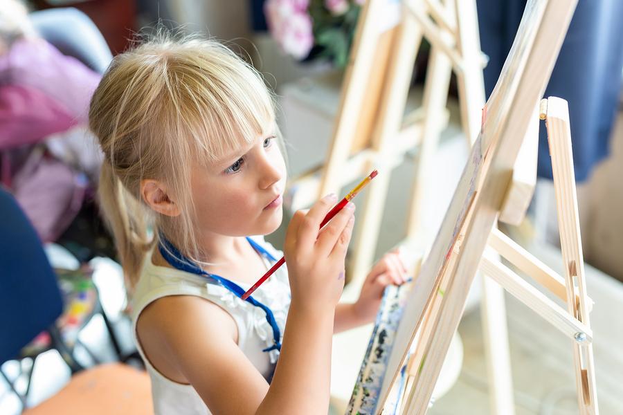 Každé umelecké dielo vyžaduje od dieťaťa aj hlboké premýšľanie. / Foto: Bigstock
