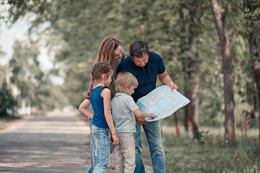 Dieťa si svoju priestorovú orientáciu môže precvičiť aj tak, že vás zavedie podľa mapy na nové miesto. / Zdroj: Bigstock