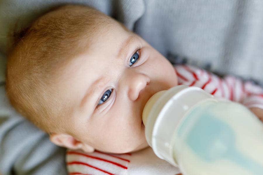 Nakupovanie materského mlieka cez inzeráty je možno lacnejšie a rýchlejšie, ale pre deti omnoho rizikovejšie. / Zdroj: Bigstock