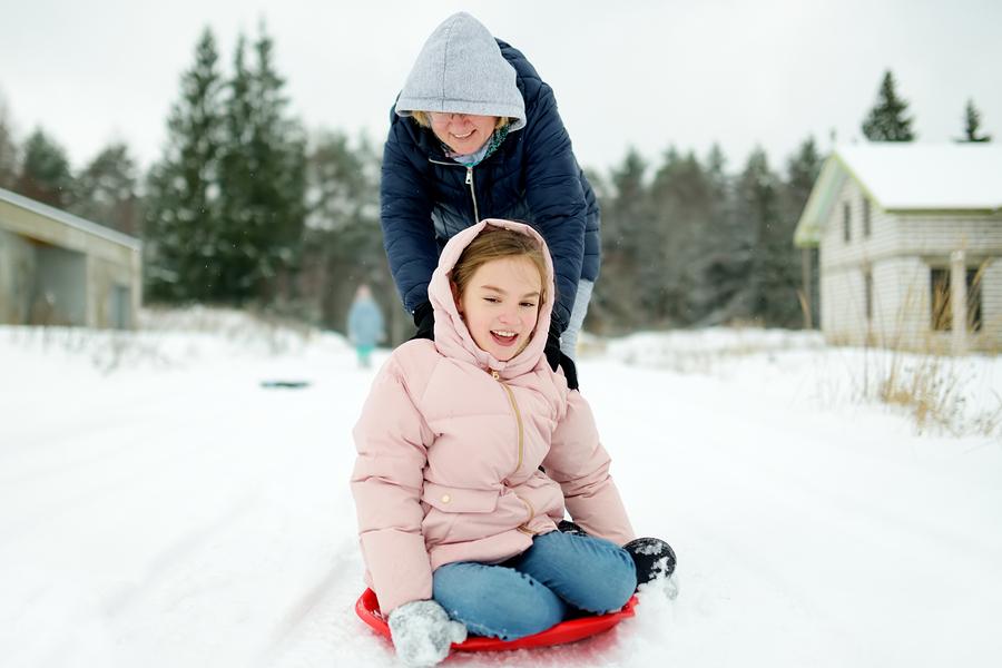 Ak ste v oblastiach, kde je sneh, nezabudnite si ho s deťmi užiť. / Zdroj: Bigstock