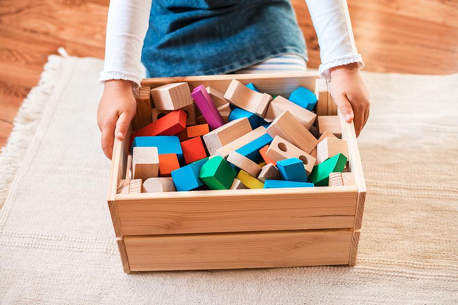 Dieťa si aj vďaka systému odmeňovania môže osvojiť zvyk upratovať po sebe hračky. / Zdroj: Bigstock