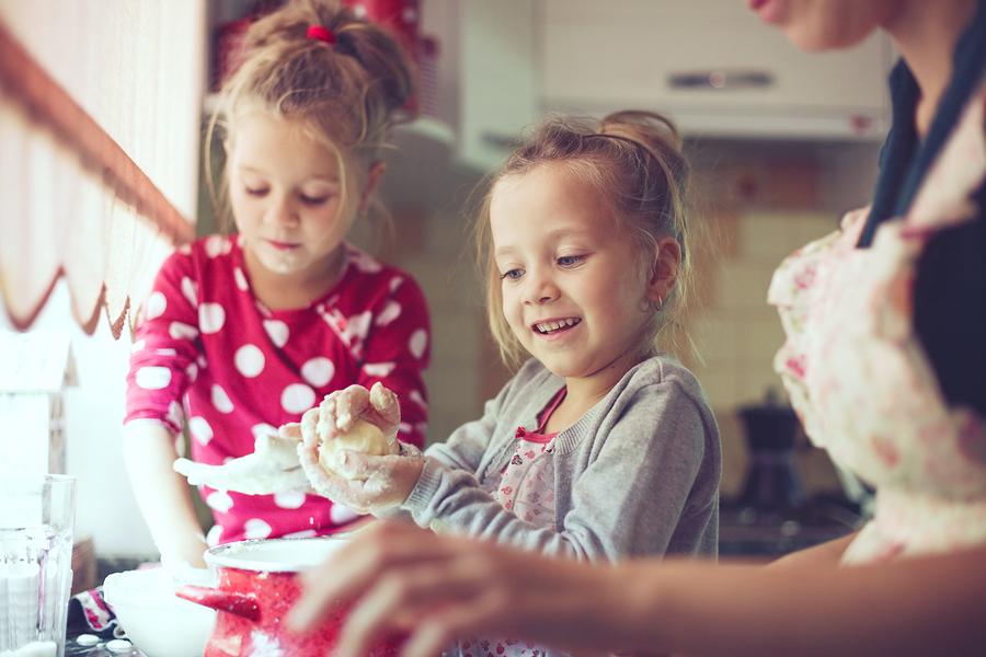 Predvianočné pečenie medovníkov patrí v mnohých rodinách medzi pekné tradície.