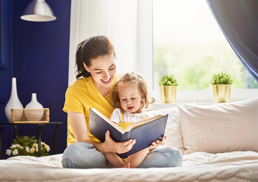 Vďaka čítanému textu si dieťa rozvíja reč a učí sa pomenúvať veci okolo seba. / Foto: Bigstock
