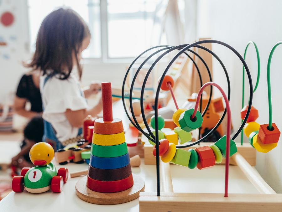 Platí pravidlo, čím menej toho hračka dokáže, tým väčšie možnosti dáva dieťaťu objavovať, rozvíjať fantáziu a tiež vzťahy vo svojom okolí. / Foto: Bigstock