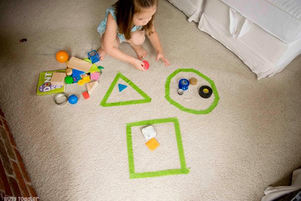 Učenie sa geometrických tvarov pomocou konkrétnych predmetov z nášho okolia. Foto: busytoddler.com