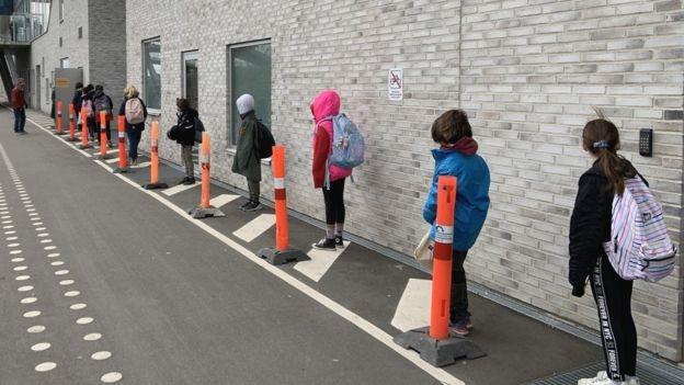 Pred školou v Kondani dali žiakom aj pomocné značky, aby dodržiavali odstupy. / Zdroj: BBC