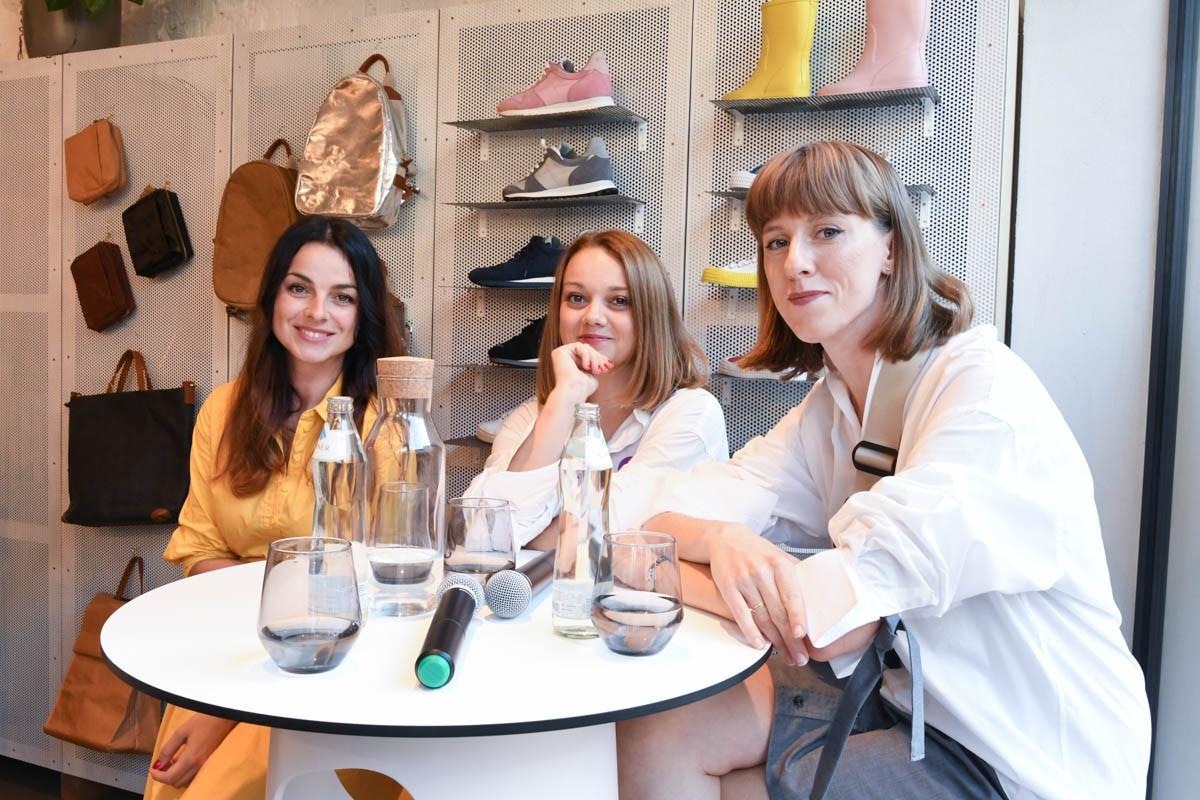Zľava: Lýdia Žáčková (Poštová banka), Katarína Hutyrová (NOSENÉ) a Barbora Yurkovic (stylistka) po diskusii o udržateľnej móde a predstavení kolekcie Dobro sa nosí. / Foto: Zuzana Gránska