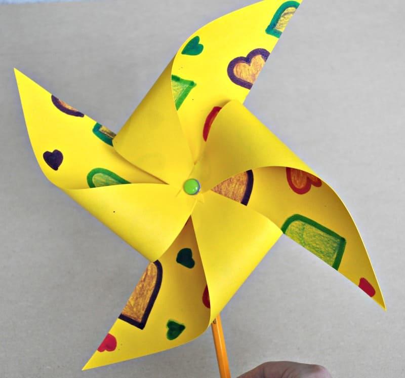 Doma vyrobený veterník. Zdroj: easycraftforkids.com