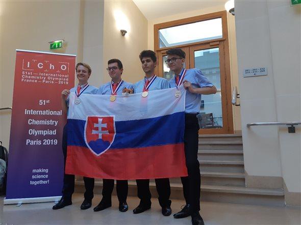Naši súťažiaci s medailami (zľava): Michal Chovanec, Peter Rukovanský, Andrej Kovács a Samuel Novák. / Foto: Martin Putala