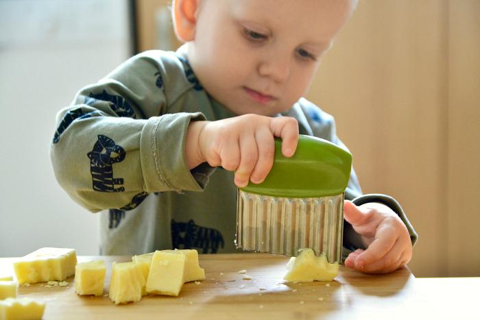 Vlnkovaný nôž pre deti / Zdroj: howwemontessori.com