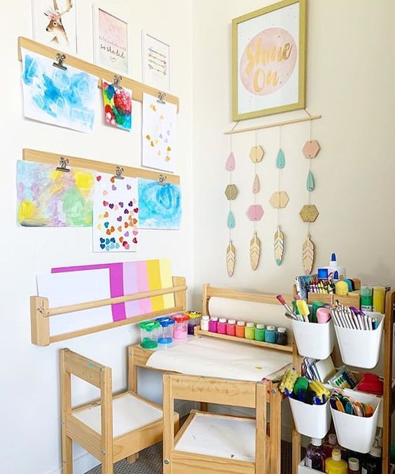 Ak máte priestor, pripravte dieťaťu tvorivý kútik. / Zdroj: little pine