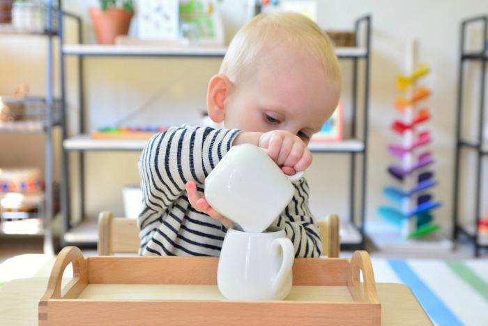 Pri prelievaní si dieťa trénuje pohyb zápästia. Zdroj: howwemontessori.com